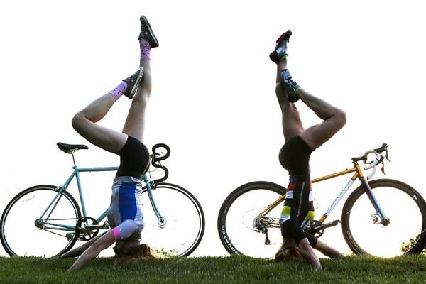 Yoga cùng chiếc xe đạp